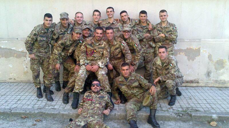 Tony, a sx in centro, con i suoi commilitoni.