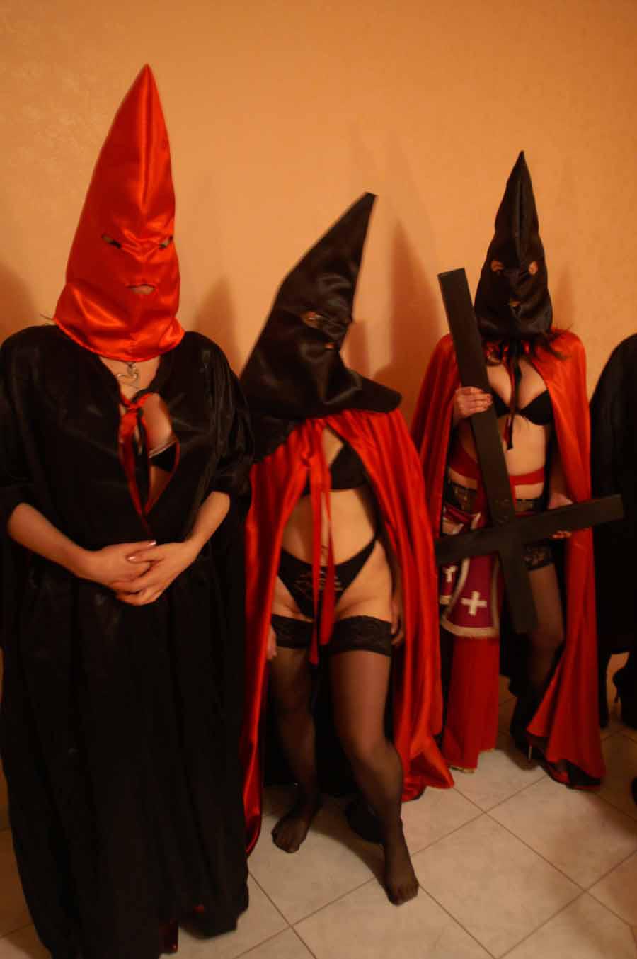 Messa nera: le novizie che sacrificheranno la propria illibatezza ai satanisti acidi di turno.