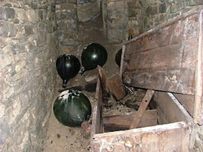 Alcune otri di vetro lasciate a terra in gran fretta da chi abitava la vecchia casa.